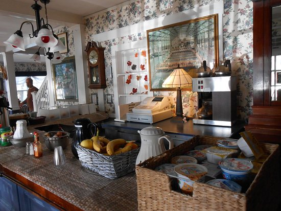 Gifford House Inn: Guests have a variety of breakfast items to choose from. Coffee's great!