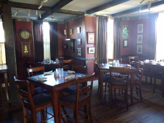 Bethel, ME: Dining side of Jolly Drayman Pub
