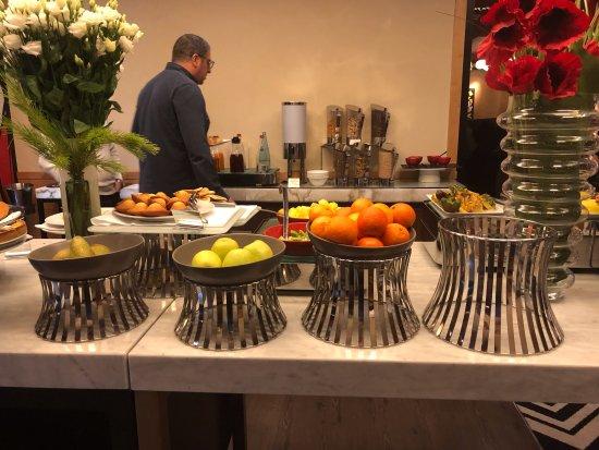 Warwick Paris : מזנון ארוחת הבוקר הפירות