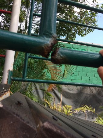 Barcelo Huatulco: El area de juegos de los niños, está muy oxidada, es peligrosa. Necesita mantenimiento o cambio
