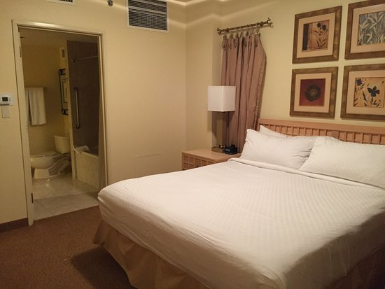 Polo Towers Suites: Clean and comfortable bed