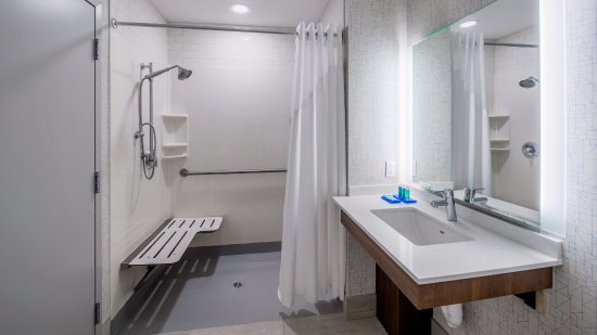 Holiday Inn Express Suites Airdrie: Accessible Bathroom