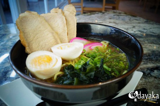"Odayaka Sushi Bar: ""Ramen"" Pasta ramen, lomo de cerdo, kamaboko, huevo, cebollin y alga deshidratada"