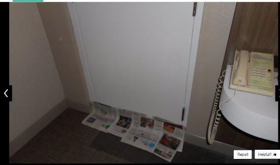 Hampton Inn Lake Havasu City: Covering the gap with newspapers