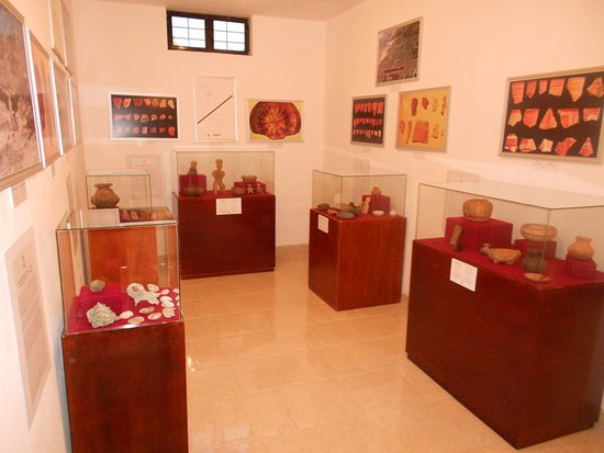 Displays of Arqueological pieces from various eras in the pre-Hispanic history of San Blas.