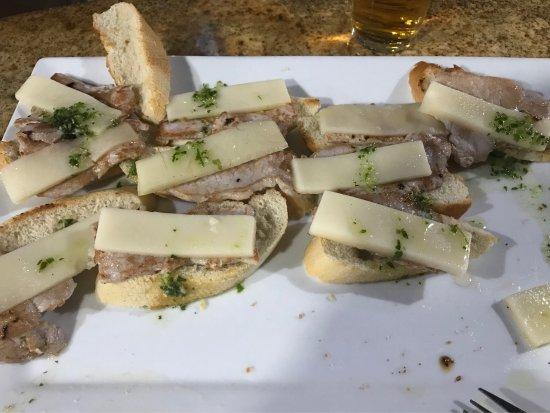 Lucena, España: Montaditos de lomo y queso. Espectacular. Ojo, que si pides la ración entera te ponen un buen pl
