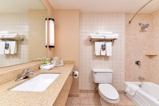 Holiday Inn Express Breezewood: Tub / Shower Combo