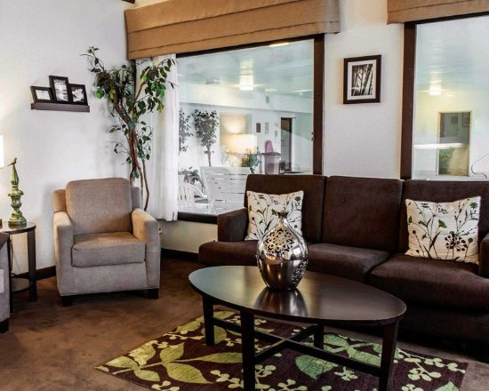 Sleep Inn & Suites Lakeside: Spacious lobby with sitting area