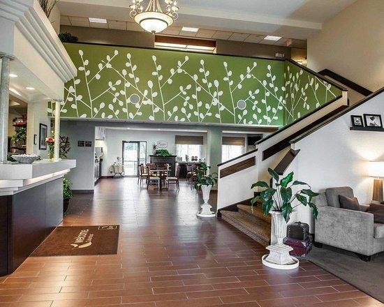 Sleep Inn & Suites Lakeside: Spacious lobby