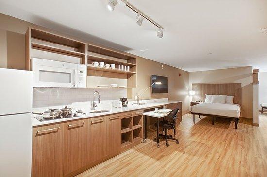 East Providence, RI: Deluxe Studio - 2 Queen Beds