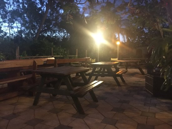 Island Pizza: Outside seating area... beware for mozzies & sandflies