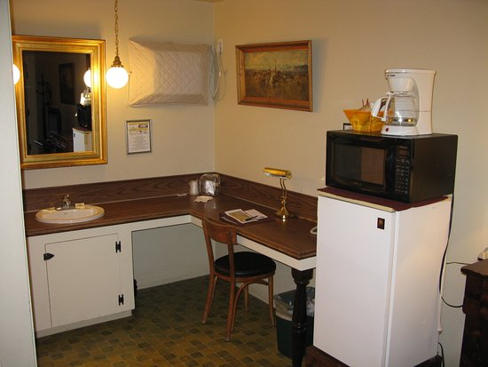 Prineville, OR: vanity area with min-fridge and microwave and coffee pot