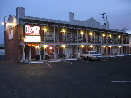 Prineville, OR: Our well lite building welcomig you in.