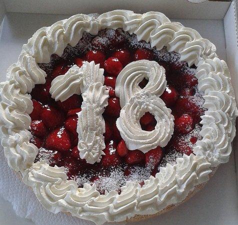 Seftigen, Suiza: Spezialität des Hauses Erdbeerkuchen  zum 18 Geburtstag