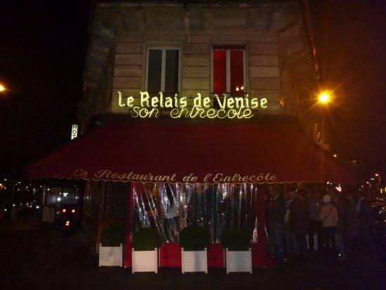 Le Relais de Venise: 19:48、店の右手の沿って奥まで行列が続く