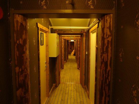 Mary-Ann's Polarrigg : Gang, von dem rechts und links die Zimmer abgehen.