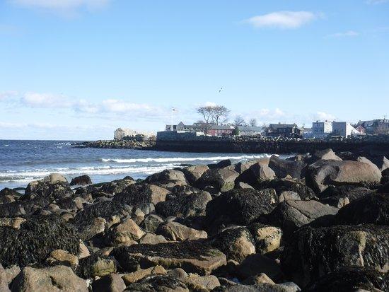 Rockport, Μασαχουσέτη: Where the sand beach turns to rocks, south side.