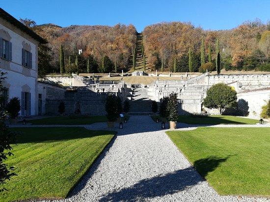 Casalzuigno, Italien: I giardini che si sviluppano verso la sommità della collina