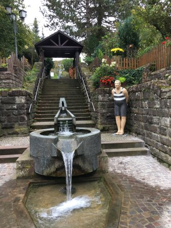 Mosbach, Deutschland: Kandelschussbrunnen mit Figur aus temporäreer Ausstellung