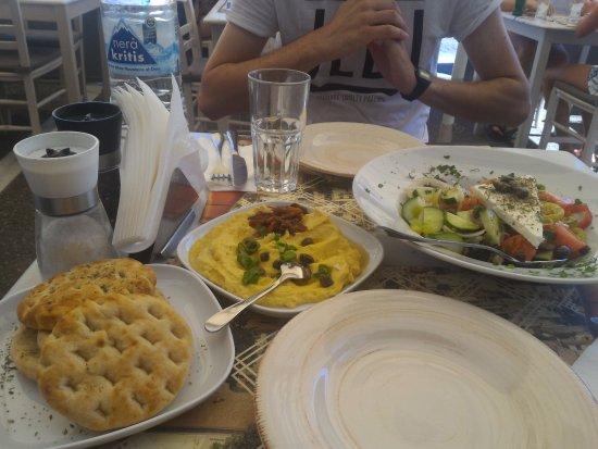 Ladokolla: Pita, Fava e Greek salad