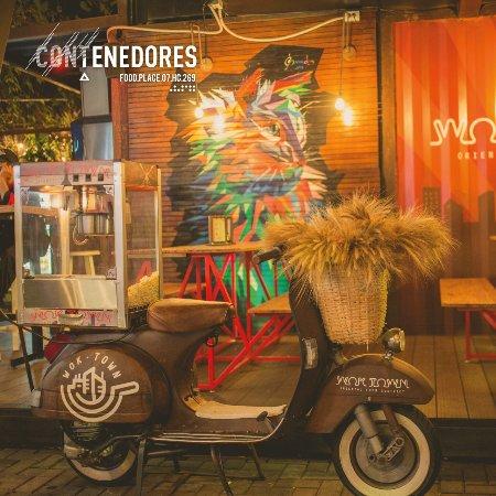 La motoneta, ubicada en el restaurante WokTown, aquí en Contenedores Food Place