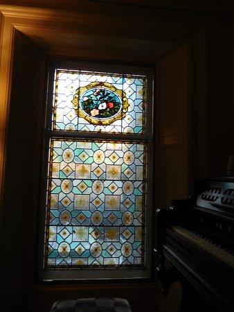 Kilcreggan Hotel: small stair window
