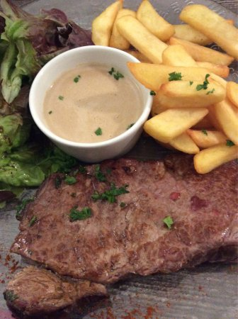 Châteauneuf du Faou, France : Over cooked cold steak with pepper sauce like water yuck!