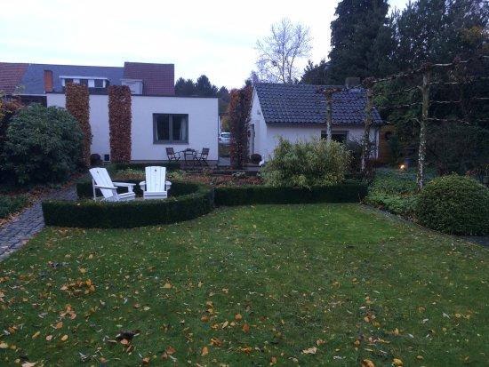 Hamont-Achel, Belgien: Van achter uit de tuin zicht op de verbllijfvleugel links en het ontbijtgebouw rechts