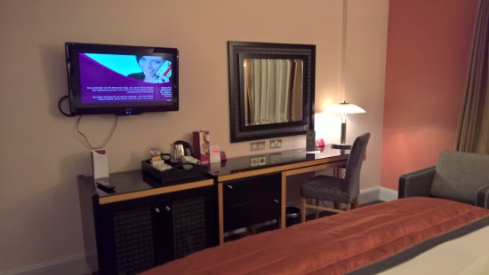 Crowne Plaza Hotel Dublin Airport: desk and tv