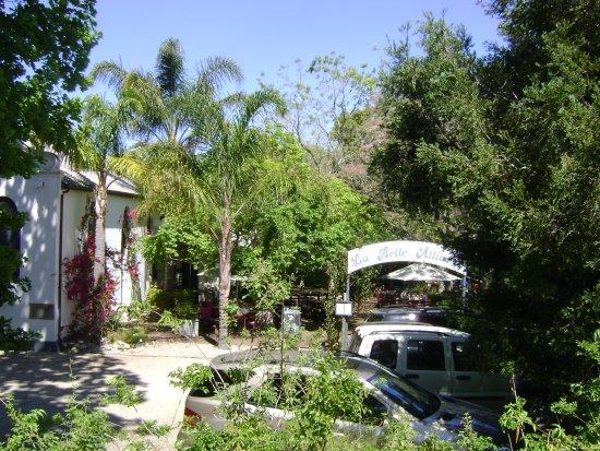 La Belle Alliance: Vista exterior del salón y mesas en el jardín