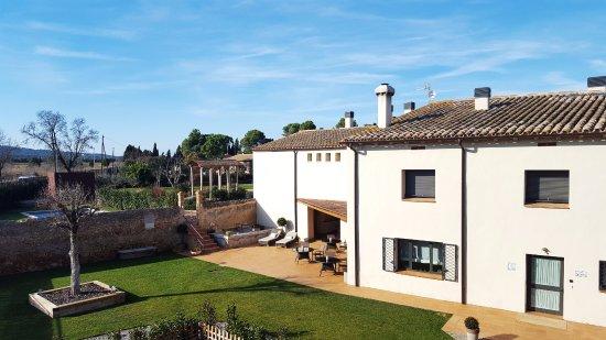 Viladamat, Spain: vista general del jardín delantero del hotel y la terraza de los almuerzos