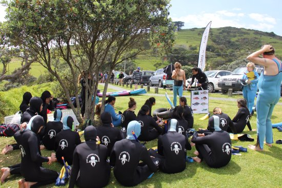 Leigh, New Zealand: School group in briefing