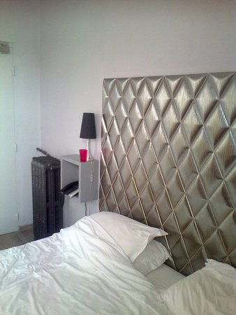 Hotel Lemon : The headboard is actually made of ceramic tiles!