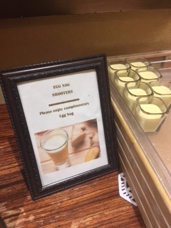 Atlanta Marriott Buckhead Hotel & Conference Center: Eggnog left out for the guests near the elevator.