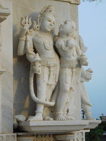 Shree Swaminarayan Temple Bhuj: Raffigurazioni sulle pareti