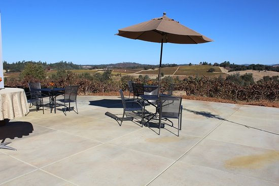 Plymouth, CA: Lovely outdoor patio at Iron Hub Winery