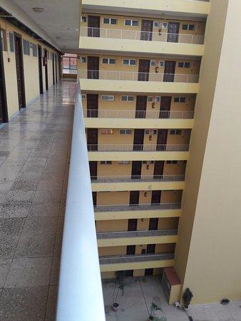 Palmeras Playa: corridor outside apartment at rear of building