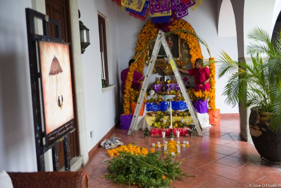 Hotel Boutique De La Parra: De la Parra hotel staff building altar for the Day of The Dead celebration