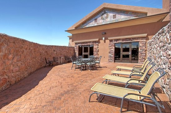 Holiday Inn Express Hotel & Suites Las Cruces: Guest Patio