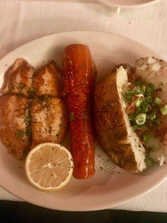 Edinburg, TX: Una deliciosa cena, salmón, ensalada y una sopita., el lugar muy acogedor y la comida deliciosa
