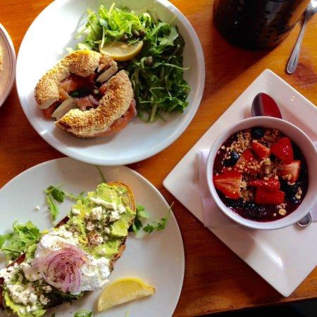 Baggle de saumon, fromage frais et câpres - tartine avocat, brebis, oignons, œufs poché - yogour