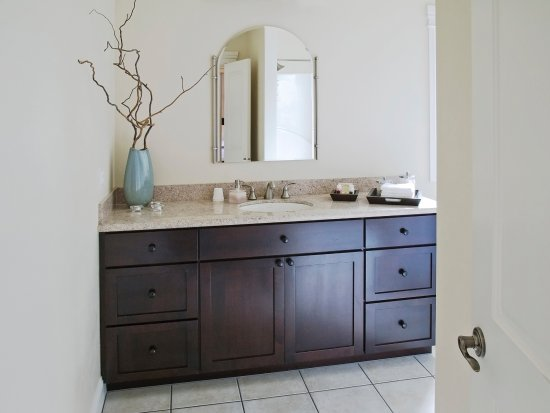 Elan Guest Suites and Art Gallery: Luna Vista Master Bath Vanity
