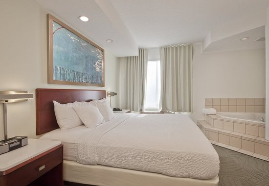 Walker, MI: King Whirlpool Suite - Bedroom
