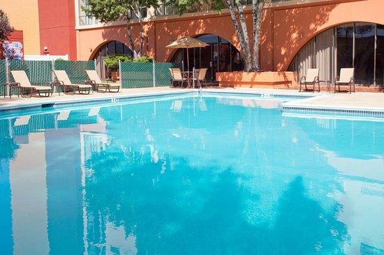Holiday Inn Reno-Sparks: Seasonal Outdoor Swimming Pool
