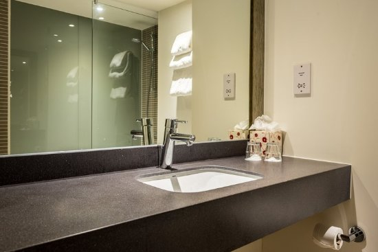 Holiday Inn Lancaster: Bright clean modern bathrooms with walk in showers