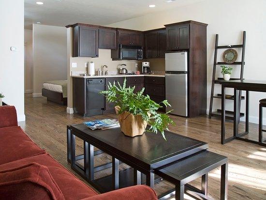 Jacksonville, OR: Portofino Livingroom, Dining Area and Kitchen