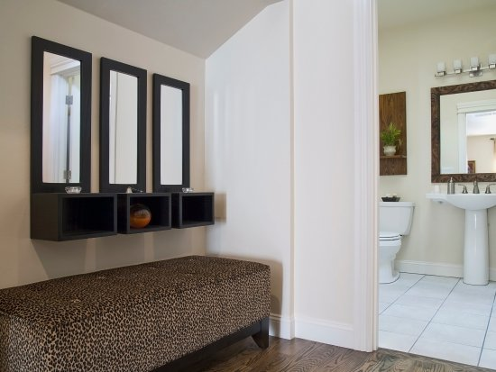 Jacksonville, OR: Portofino Ottoman and Tiled Bathroom