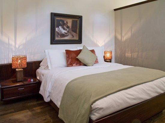 Jacksonville, Oregón: Portofino Queen Bed with End Tables, Original Art