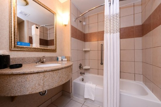 Hampton Inn & Suites Ontario: Accessible Bathroom with Vanity and Tub