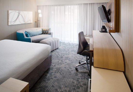 Sandston, Вирджиния: King Guest Room - Living Area